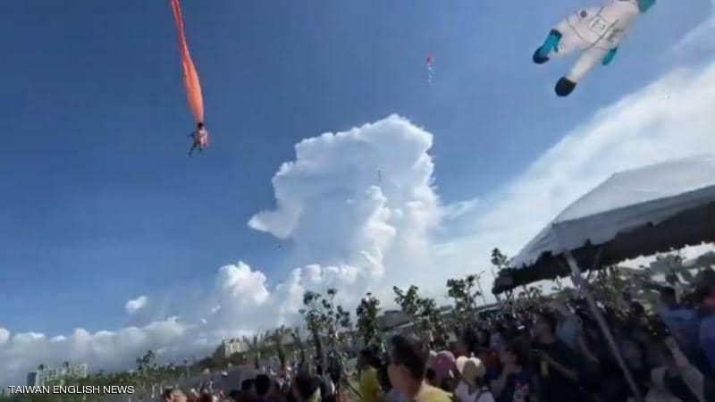 صورة لا يصدق.. طائرة ورقية تسحب طفلة تايوانية 10 أمتار في الهواء