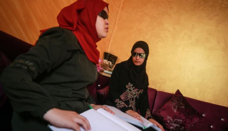 """صورة شاهد.. حفظتا القرآن كاملاً الشقيقتان """"أبو شحمة"""".. نور البصيرة يتغلب على """"عتمة"""" البصر"""