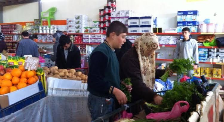 """صورة """"وقف الديانة"""" التركي يوزع حصصا غذائية على هذه الفئة من السوريين"""