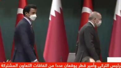"""صورة شاهد بالفيديو.. تصرف غريب من """"أردوغان"""" مع أمير قطر على الهواء في تركيا"""