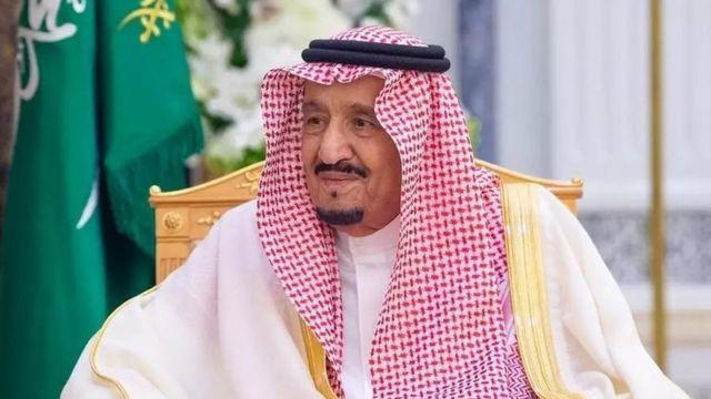 صورة الملك سلمان يوقع على القرار النهائي..سوري هز السعودية بفعلته
