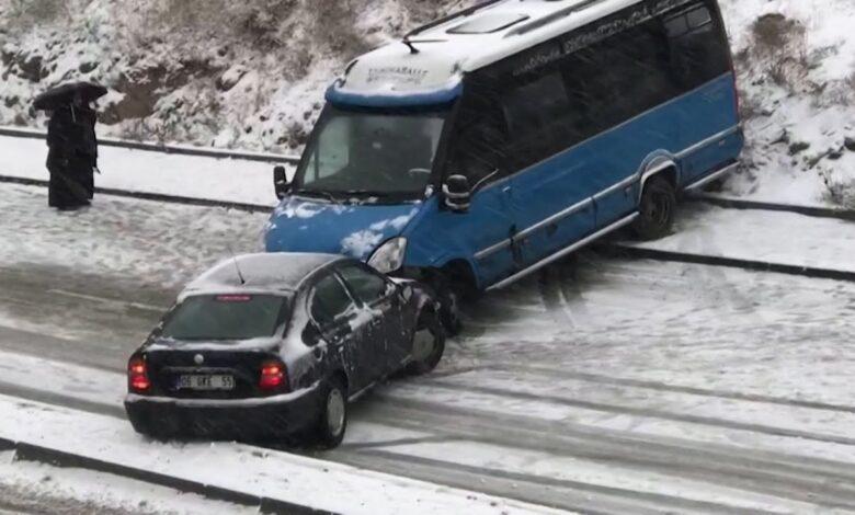 صورة الفيديو الأكثر انتشاراً في تركيا.. شاهد شوارع أنقرة تتحول إلى منحدرات تزلج وتحطم للسيارات (فيديو)