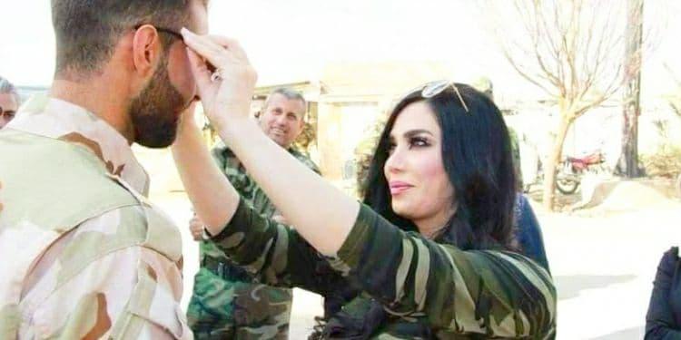 """صورة شاهد.. ممثلة موالية تزور حواجز قوات الأسد وتوزع """"نظارات شمسية"""" على العناصر (فيديو)"""