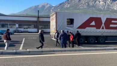 صورة بالفيديو : سائق تركي يكتشف وجود 13 سوري في مقطورة شاحنته و الغريب أنهم يملكون إذن السفر !!