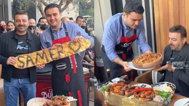 صورة كاد أن ينسكب عليه الطبق.. الشيف التركي بوراك يُرعـ.ــب سامر المصري (أبو شهاب)  ويدفعه لمحاولة الابتعاد (فيديو)