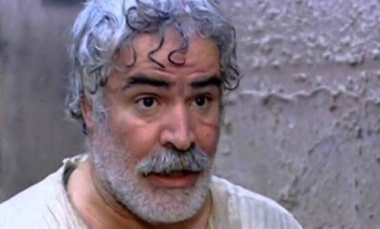 صورة عمل في بيع العلكة ومحا أميته وعمره (15) عاماً ثم نال دكتوراه بالفلسفة، قصة نزار أبو حجر(أبو غالب)