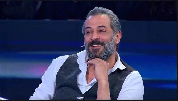 صورة بسبب ظهوره عـ.ـاريا عبدالمنعم عمايري يشتـ.ـم.. أنتم بقـ.ـر(صورة)
