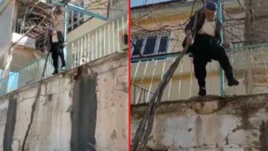 صورة إنقاذ مسن تركي كان معلّق على الشجرة بعد أن انزلـقت قدمه من سطح المنزل (فيديو)