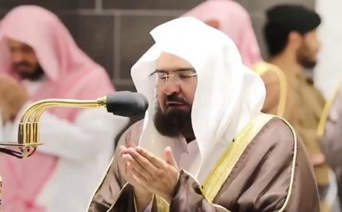 صورة عبدالرحمن السديس ينهـ.ـار باكياً خلال صلاة التهجد ويدعو الله أن ينصر الفلسـ.ـطينيين