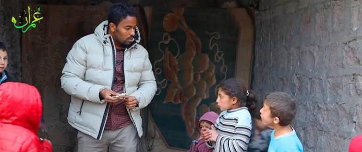 """صورة طفلة سورية تلهم الإعلامي """"سوار الذهب"""" وتوجه رسالة عظيمة ومؤثرة للعالم (فيديو)"""