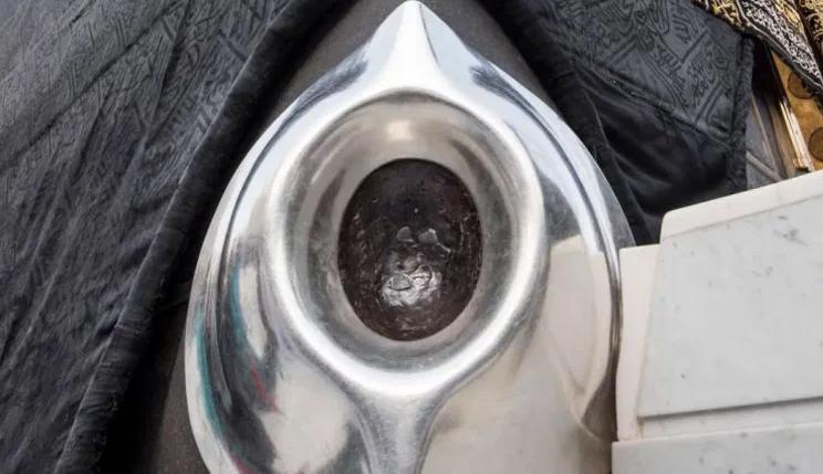 صورة شاهد الحجر الأسود الذي أنزله الله من الجنة كما لم تراه من قبل ولأول مرة يصور بهذه الطريقة
