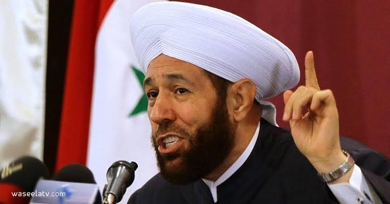 صورة في أول ظهورٍ له بعد مسرحية الانتخابات.. مفتي البراميل يتوعد مدينتين سوريتين