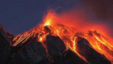 صورة بركان يثور والدولة تتحرك وتخلي مناطق واسعة من السكان وتستنجد بجارتها (افتحوا الحدود)