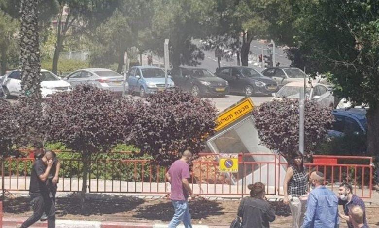 صورة بالفيـ.ـديو .. الأرض تبـ.ـتلع السيارات قرب مشفى إسـ.ـر.ائـ.ـيلي بالقـ.ـد.س المحتـ..ـلة!