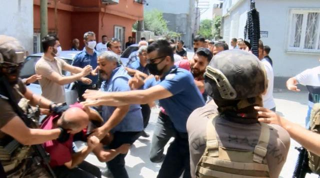 صورة أضنة: مواطن تركي يقف على سطح منزله ويفتح النـ.ــ.ـ ـار على المارة ويتسبب في معـ.ـ ـركة كبيرة في المنطقة (فيديو)