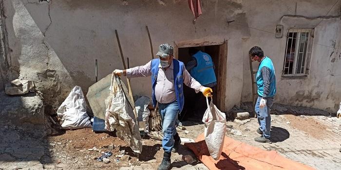 صورة بالفيديو بلدية تركية تخرج 7 شاحنات من النفـ.ـايات من منزل سيدة سورية مسنة تعيش بمفردها ( أين اولادها ؟؟)