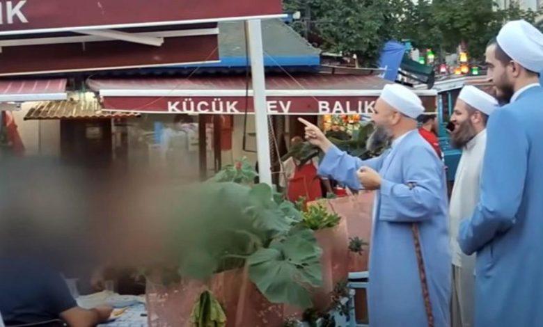 صورة مجموعة من الدعاة الإسلاميين يتنقلون بين أحياء اسطنبول ويدعون الناس إلى ترك الخـ.ـمر والرجوع إلى الله (فيديو)