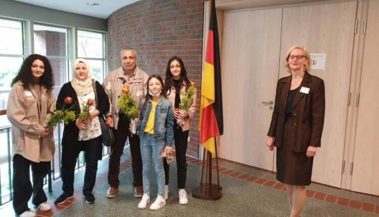 صورة عائلة سورية تصبح حديث الإعلام الألماني ومبالغ مالية كبيرة للسوريين في ألمانيا