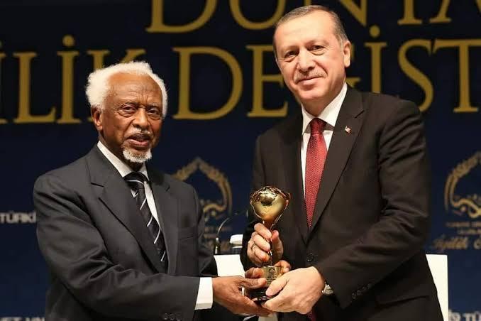 صورة أصبح أيقونة بين الرؤساء العرب.. لأول مرة الرئيس العربي الوحيد الذي سلم السلطة للمدنيين