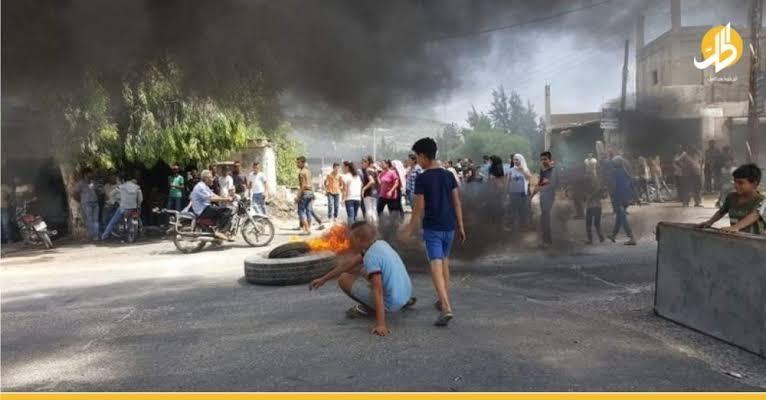 صورة سوريون ينقلـ.ـبون ضـ.ـد بشار الأسد ويسيطـ.ـرون على أحد الأفرع الأمنية معلنين عن أول تحـركاتهم لتحـ.رير منـاطقهم
