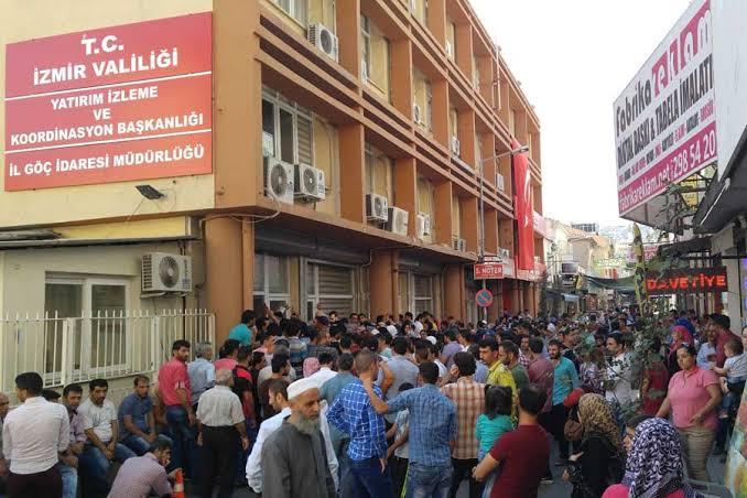 صورة رسائل نصية تصل سوريين في تركيا بشأن الترحيل .. وتعليق غـ.اضب من دائرة الهجرة التركية