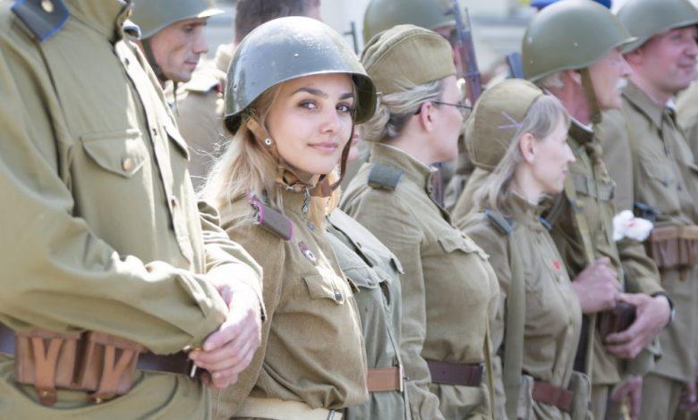 صورة جندية كندية تفاجئ كتيبة كاملة.. ضحكت على كتيبة عسكرية وجعلتهم سكارى بحيلة شـ.ـيطانية